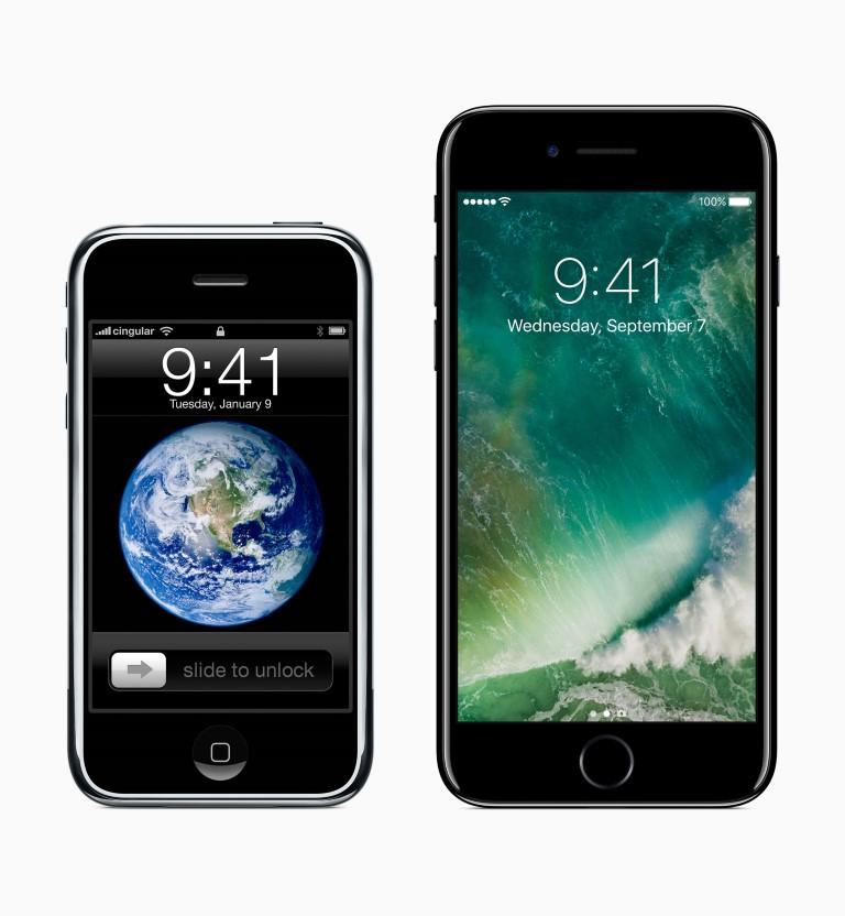 Nella foto diffusa da Apple per celebrare l'anniversario, il confronto tra il modello originale e l'ultimo di iPhone